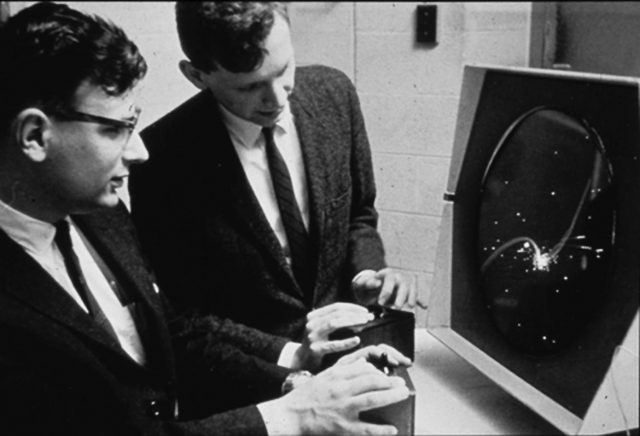 Edwards e Samson playing Spacewar on PDP-1