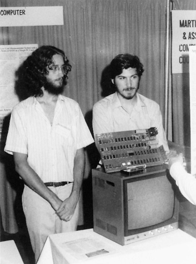 Steve Jobs e Dan Kottke presentano l'Apple I al PC Show del 1976 ad Atlantic City