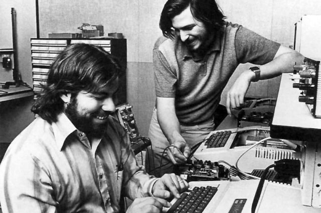 Wozniak e Jobs working on apple2